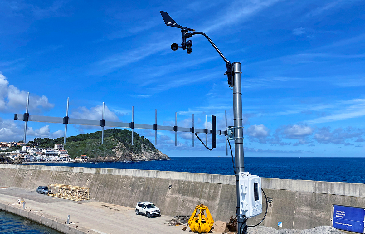 Darrera installs the new weather station of Marina Palamós