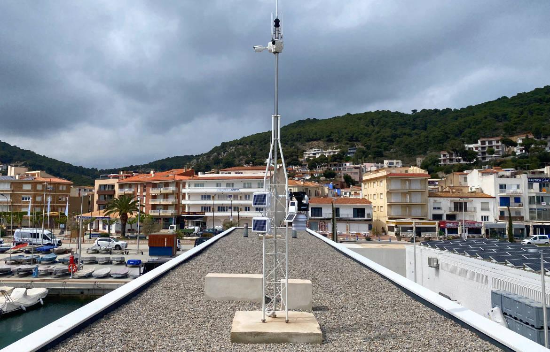 Darrera instala la nueva estación meteorológica de Club Nàutic Estartit