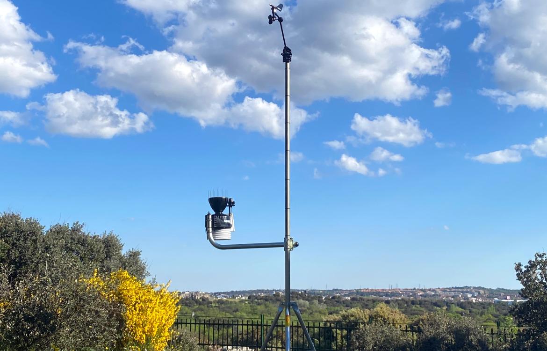 Darrera instala una estación meteorológica para fines educativos en el CEIP Clara Campoamor de Alpedrete
